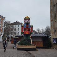 Herrensportler fahren zum Weihnachtsmarkt